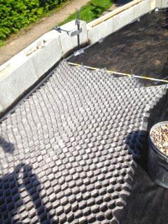 verlegen der kieswaben kw50 f r eine neu angelegte kies terrasse im garten securatek onlineshop. Black Bedroom Furniture Sets. Home Design Ideas