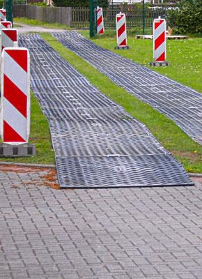 Behelfswege & temporäre Fahrstrasse mit Bodenschutzplatten und Fahrplatten, kaufen oder mieten von Securatek
