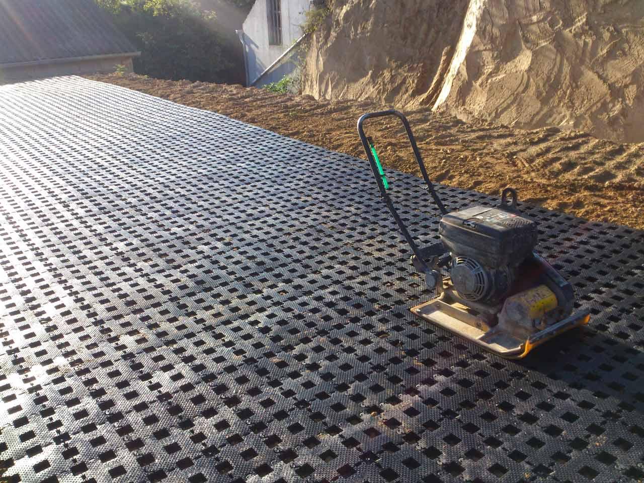 Hervorragend Rasengittersteine RGS35 aus Kunststoff ohne Unterbau verlegen IR75