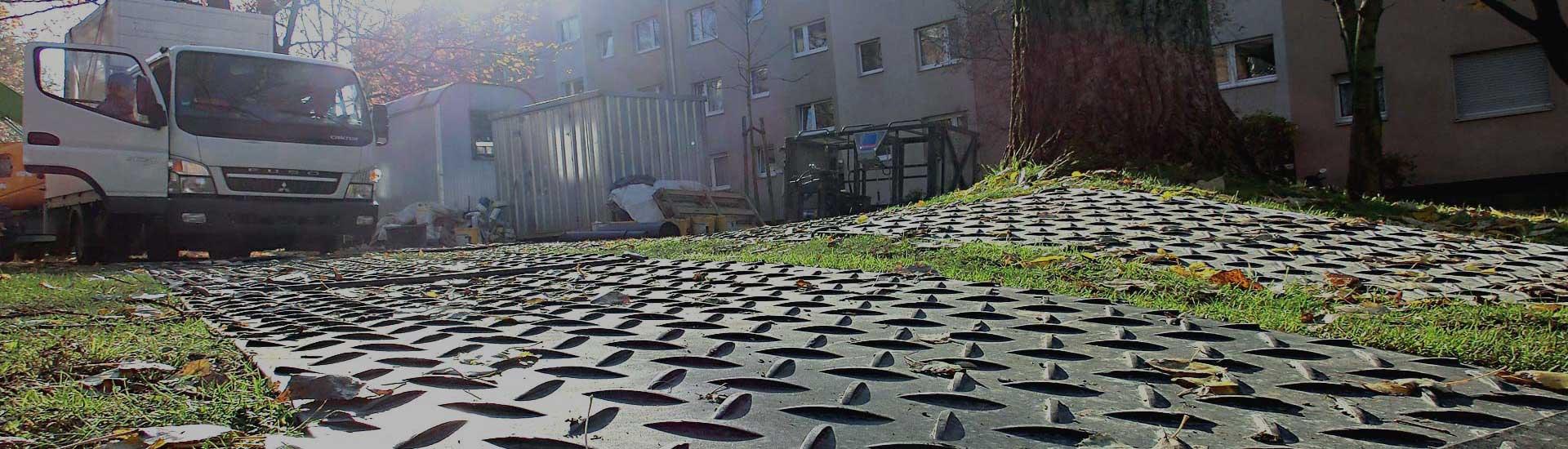 Mobile Baustrasse, Fahrstrasse, Fahrplatten, Bodenschutzplatten aus Kunststoff mieten von Securatek