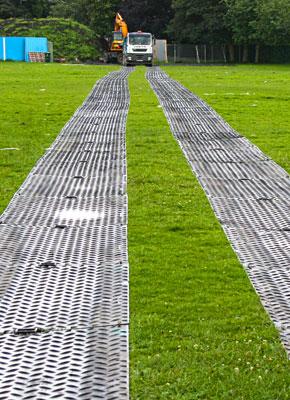 Bodenschutzplatten und Fahrplatten als mobile Baustrasse, mobile Fahrstrasse, temporäre Zuwegelösung kaufen oder mieten von Securatek