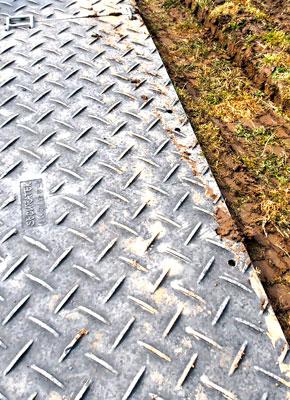 Flurschäden reduzieren, Festfahren verhindern, Unfallvermeidung verbessern mit Bodenschutzplatten und Fahrplatten von Securatek Verkaufen oder Vermietung
